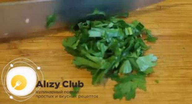 Для приготовления омлета с помидорами и колбасой на сковороде, нарежьте зелень.