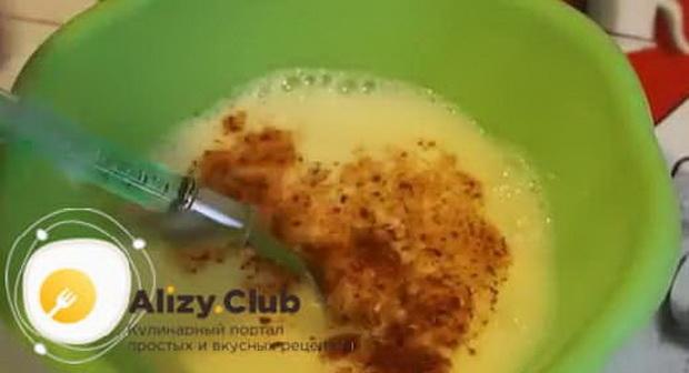 Для приготовления омлета с помидорами и колбасой на сковороде, добавьте специи.