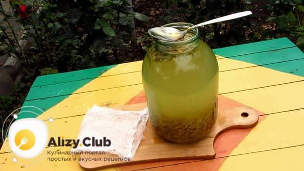 Перед тем как сделать квас из овса, положите в напиток мед.