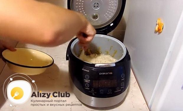 рис равномерно распределяем поверх обжаренных ингредиентов