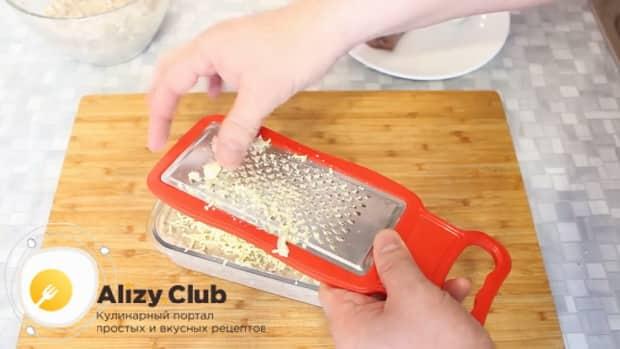 Для приготовления форшмака из сельди по классическому рецепту, натрите яйца
