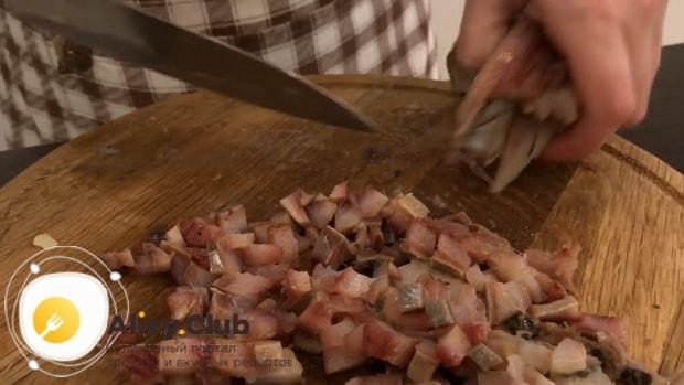 Для приготовления форшмака из сельди по классическому рецепту, нарежьте сельдь