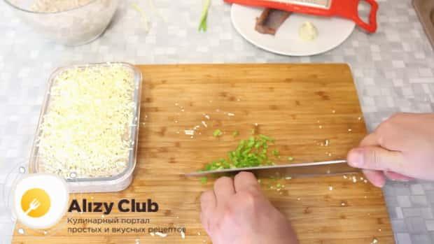 Для приготовления форшмака из сельди по классическому рецепту, нарежьте лук