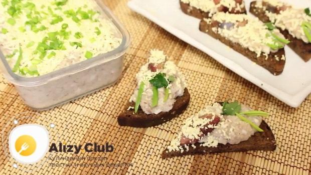 Для приготовления форшмака из сельди по классическому рецепту, выложите закуску на хлеб