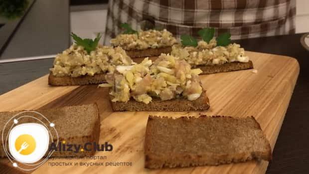 Для приготовления форшмака из сельди по классическому рецепту, смажьте хлебцы закуской