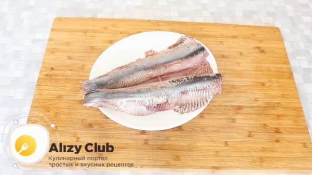 Для приготовления форшмака из сельди по классическому рецепту, фелируйте рыбу