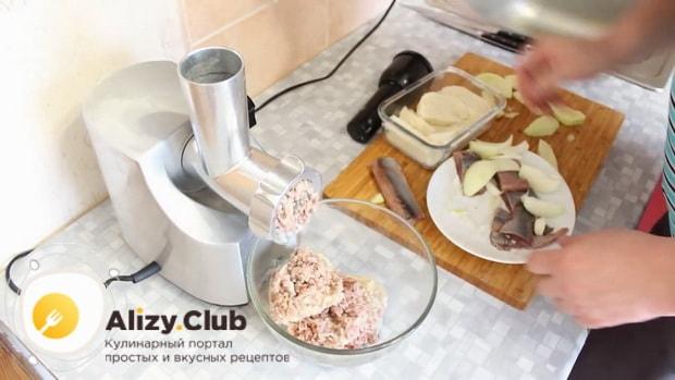 Для приготовления форшмака из сельди по классическому рецепту, измельчите ингредиенты