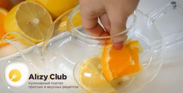 По рецепту для приготовления имбирного чая с лимоном и медом. нарежьте цитрусовые