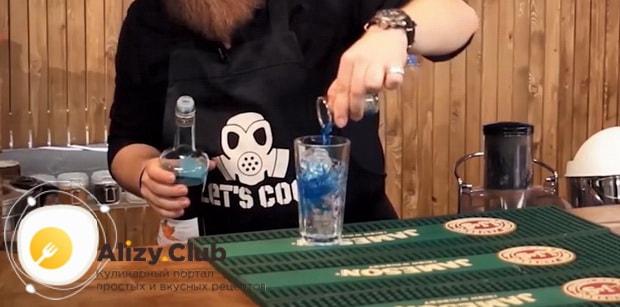 Для приготовления коктейля голубая лагуна по классическому рецепту добавьте ликер