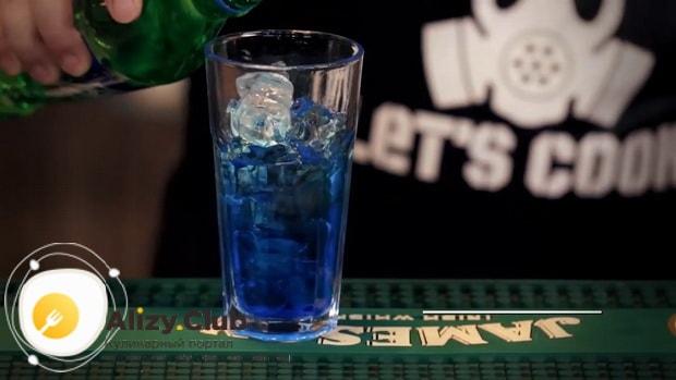 Для приготовления коктейля голубая лагуна по классическому рецепту смешайте ингредиенты