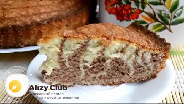 Вкусный пирог зебра на кефире готов