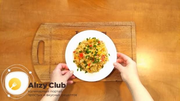 Вкусный рис с замороженными овощами на сковороде готов