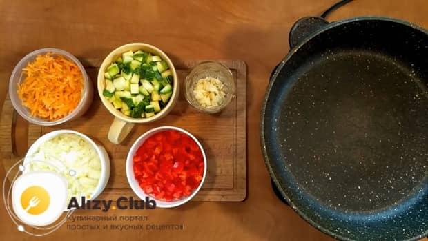 Для приготовления риса с замороженными овощами на сковороде нагрейте сковородку