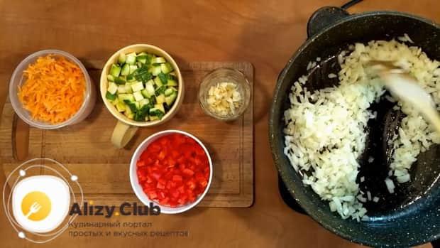 Для приготовления риса с замороженными овощами на сковороде нарежьте лук