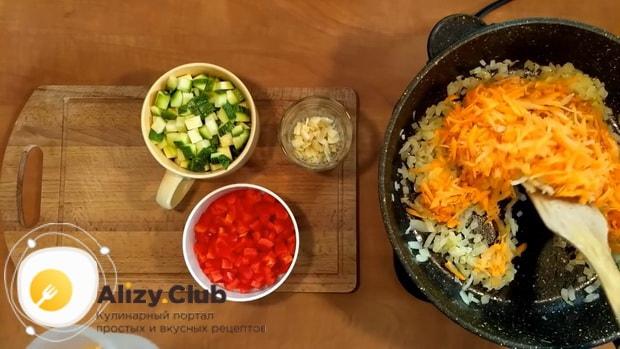 Для приготовления риса с замороженными овощами на сковороде нарежьте морковь