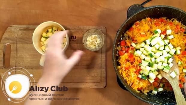 Для приготовления риса с замороженными овощами на сковороде обжарьте кабачки