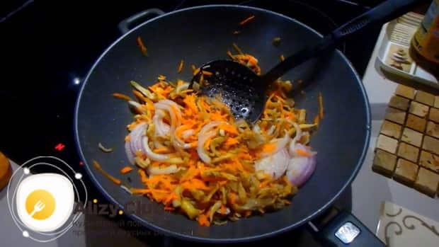 Для приготовления вешенок со сметаной, по рецепту, нарежьте лук