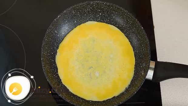 Готовим омлет с рисом по японски и для этого жарим 2 яйца
