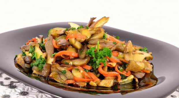 Для пригготовления вешенок жареных с луком очистите овощи.