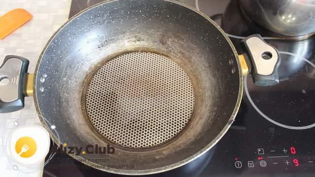 Для приготовления жареных грибов вешенок с луком, нагрейте сковородку