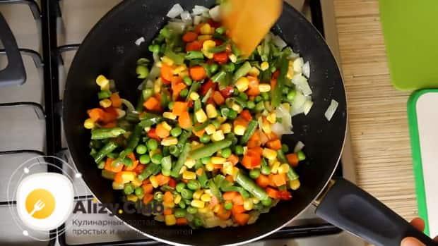Для приготовления риса с замороженными овощами на сковороде обжарьте овощи