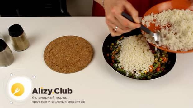 Для приготовления риса с замороженными овощами на сковороде соедините ингредиенты.