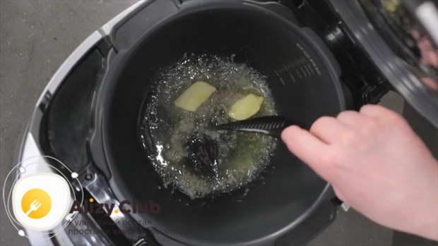 В мультиварку кладем 1/3 сливочного и 1/3 оливкового масла