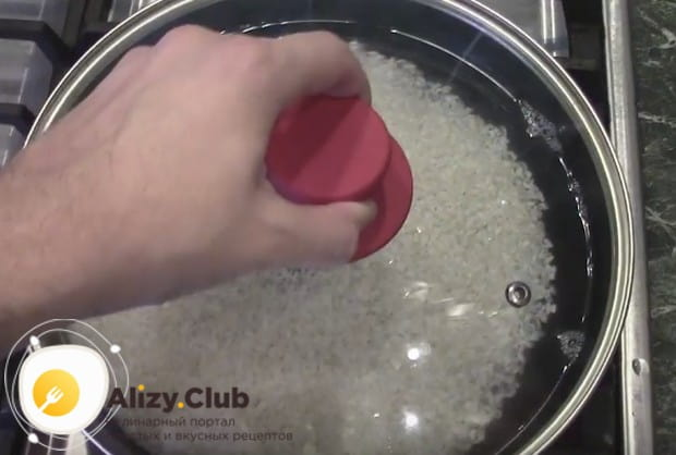 Приготовьте рис для роллов по нашему рецепту.