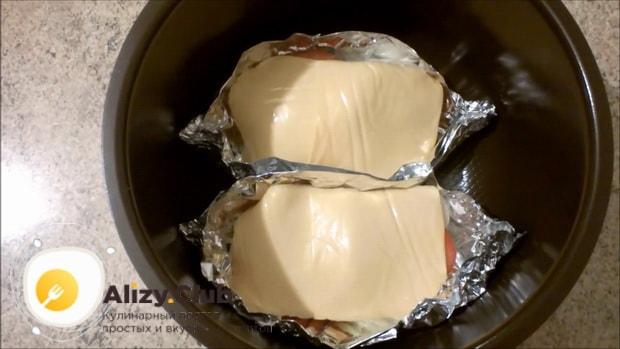 По рецепту, для приготовления рыбы с овощами в мультиварке выложите заготовки в чашу