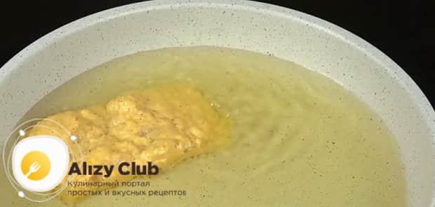 Обжарьте рыбу в кляре на сковороде