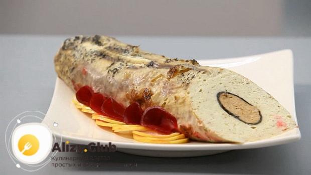 Для приготовления фаршированной щуки, нарежьте порционные куски