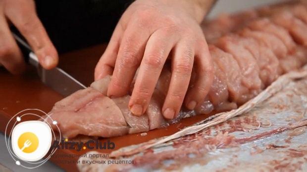 Для приготовления фаршированной щуки, нарежьте рыбу