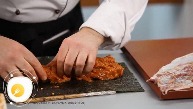 Для приготовления фаршированной щуки, выложите фарш на нори