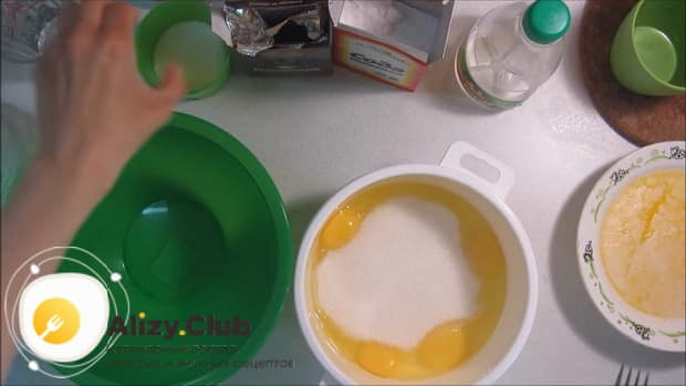 Для приготовления торта зебра на сметане, по рецепту, смешайте сахар с яйцами