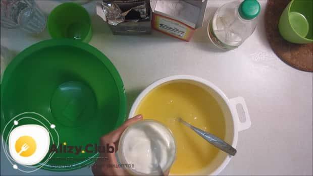 Для приготовления торта зебра на сметане, по рецепту, добавьте все ингредиенты