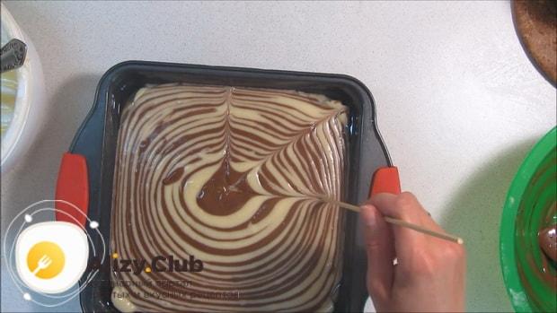 Для приготовления торта зебра на сметане, по рецепту, разогрейте духовку