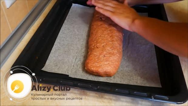 По рецепту, для приготовления мясного рулета выложите рулет на противень
