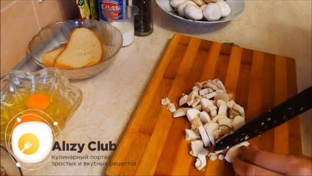 По рецепту, для приготовления мясного рулета нарежьте грибы