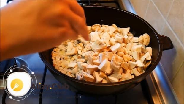 По рецепту, для приготовления мясного рулета обжарьте ингредиенты