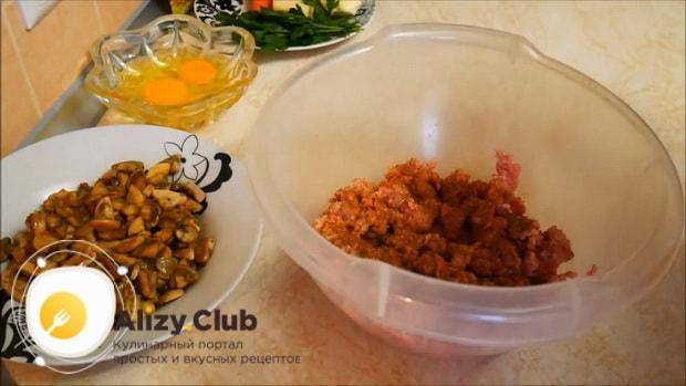 По рецепту, для приготовления мясного рулета соедините ингредиенты
