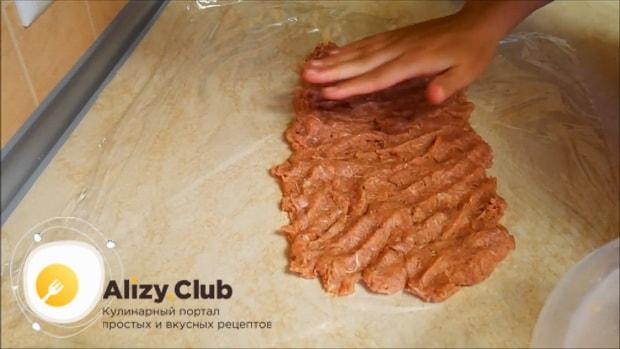 По рецепту, для приготовления мясного рулета выложите фарш