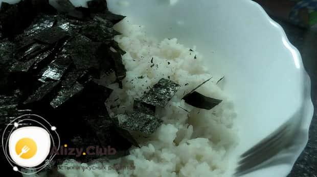 Для приготовления салата суши по пошаговому рецепту с фото соедините ингредиенты
