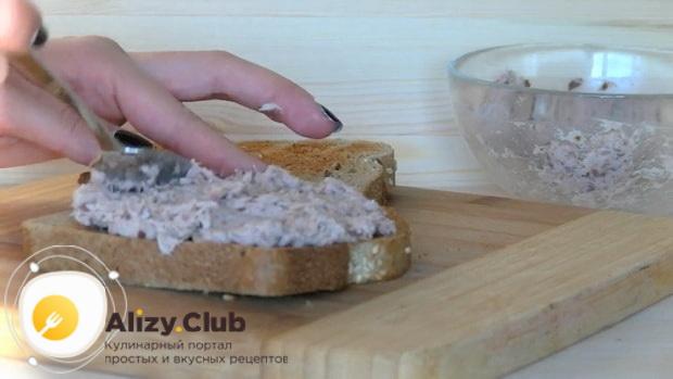 Для приготовления сэндвича с тунцом, смажьте хлеб рыбой