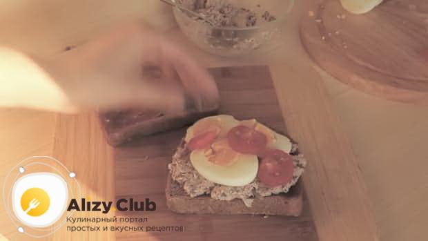 Для приготовления сэндвича с тунцом, выложите яйца с помидорами