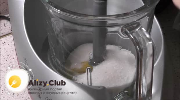 Для приготовления шарлотки с яблоками и бананами в мультиварке приготовьте тесто