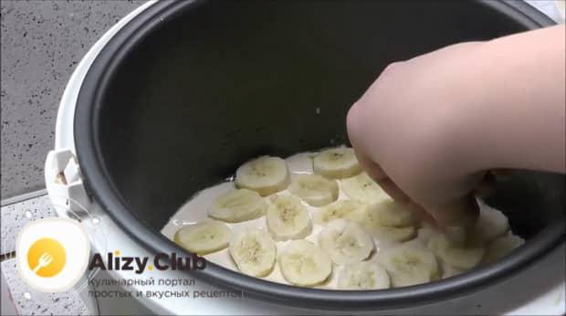 Для приготовления шарлотки с яблоками и бананами в мультиварке выложите банан