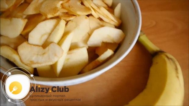По рецепту для приготовления шарлотки с яблоками и бананами подготовьте ингредиенты