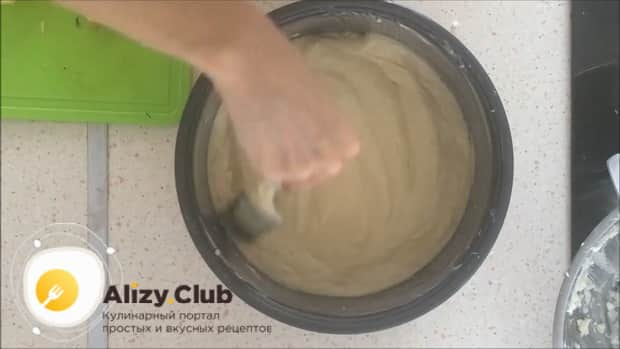 По рецепту. для приготовления шарлотки с яблоками в мультиварке, выложите ингредиенты слоями