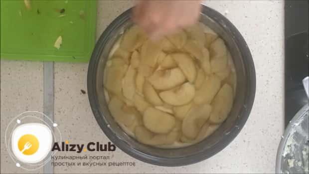По рецепту. для приготовления шарлотки с яблоками в мультиварке, выложите последний слой