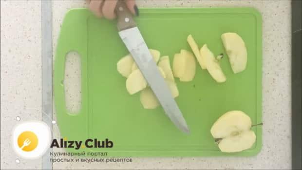 По рецепту. для приготовления шарлотки с яблоками, очистите ядлоки